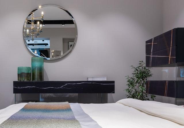 Nowoczesne wnętrze, nowoczesny styl, wystrój wnętrza, projekt wnętrza, sypialnia, minimalistyczny wystrój, minimalistyczna sypialnia, prosta sypialnia, marmur, rośliny, łózko do sypialni