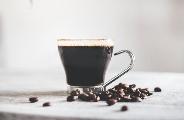 kawa z ekspresu, ekspres do kawy, ekspres ciśnieniowy, parzenie kawy, ekspres automatyczny, ziarna kawy, ekspres kolbowy, filiżanka kawy